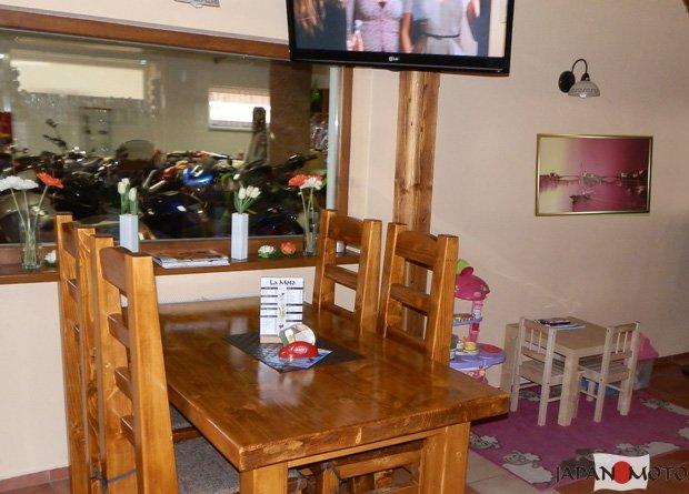 okno z pizzerie do predajne a detský kútik